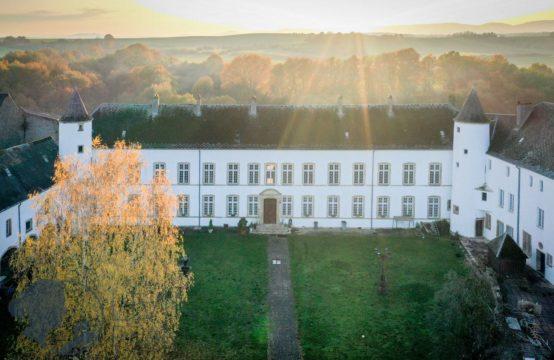 Château à rénover, 20 chambres, 3 Salle de bains, grand terrain